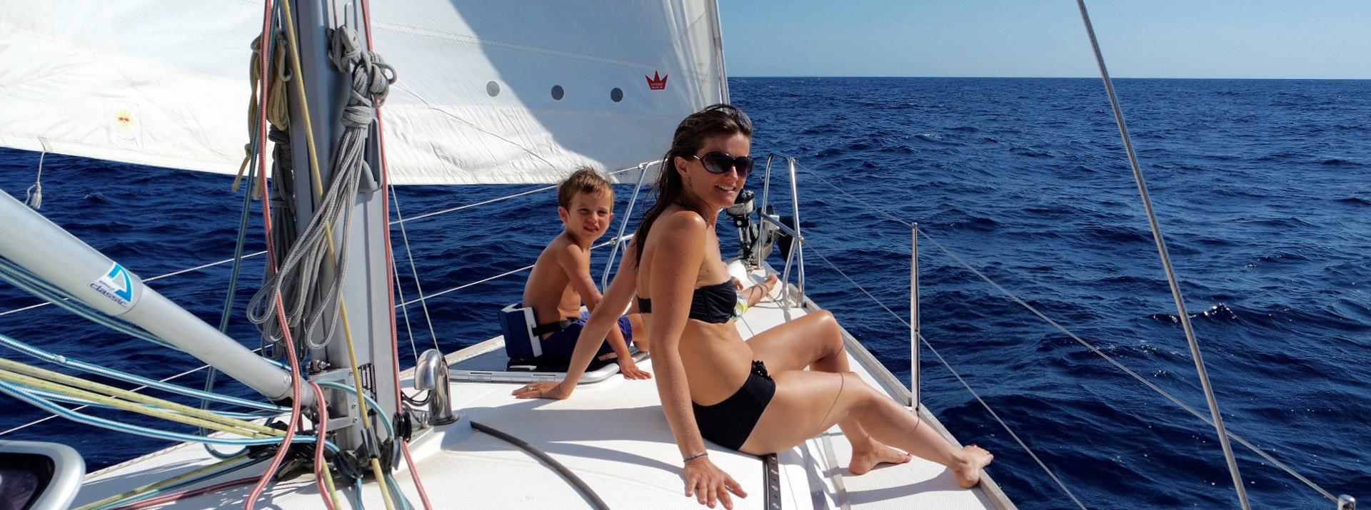 une famille à bord d'un voilier Sud Yachting en école de croisière