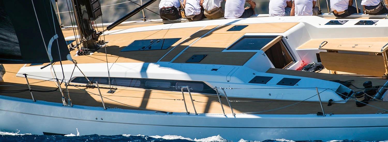 vue d'un voilier au mouillage pendant une croisière en méditerranée